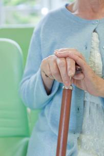 杖を持ったシニア女性の手元の写真素材 [FYI02068811]