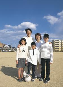 校庭に立つ家族5人の写真素材 [FYI02068831]
