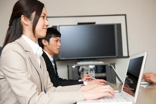 会議室で打合せをするビジネスマン達の写真素材 [FYI02068867]