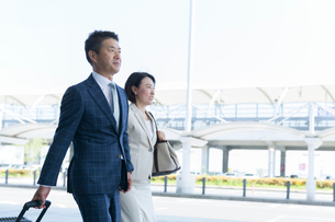 出張中のミドル世代ビジネスマンとビジネスウーマンの写真素材 [FYI02068869]