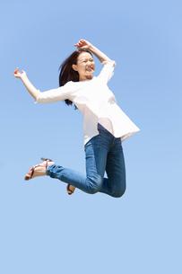 屋外でジャンプする女性の写真素材 [FYI02068882]