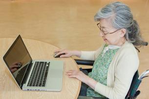 ノートパソコンを使うシニア女性の写真素材 [FYI02068885]