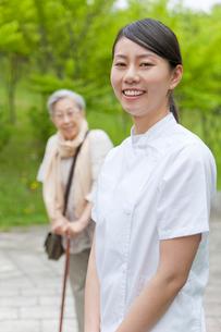 笑顔でこちらを見る女性介護士の写真素材 [FYI02068892]