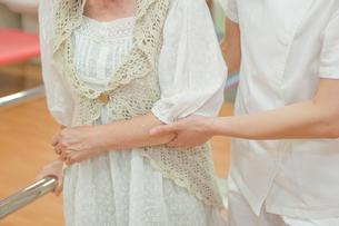 リハビリ施設でシニア女性の介助をする女性介護士の写真素材 [FYI02068900]
