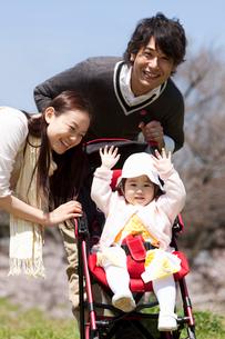 ベビーカーに乗った赤ちゃんと若い夫婦の写真素材 [FYI02068932]