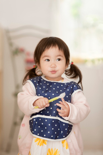 よだれかけをつけた赤ちゃんの写真素材 [FYI02068942]