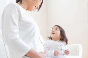 赤ちゃんに微笑みかける妊婦の写真素材 [FYI02068959]