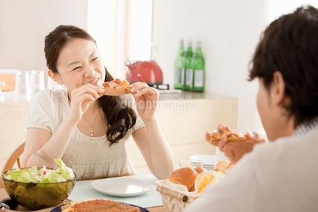 笑顔で食事をする若い夫婦の写真素材 [FYI02068969]