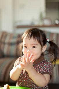 食事をする幼児のポートレートの写真素材 [FYI02068986]