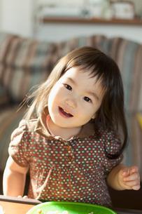 食事をする幼児のポートレートの写真素材 [FYI02068991]