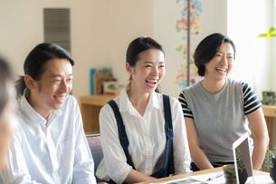ミーティングをする日本人男女の写真素材 [FYI02069001]