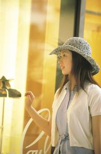ウィンドウショッピングの女性の写真素材 [FYI02069002]