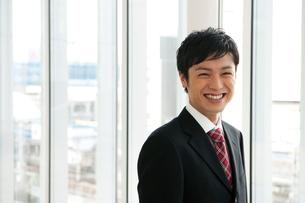 笑顔のビジネスマンの写真素材 [FYI02069013]