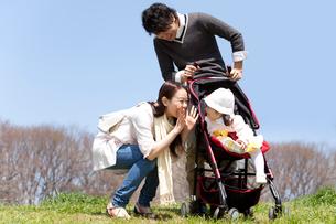 ベビーカーに乗った赤ちゃんと若い夫婦の写真素材 [FYI02069014]