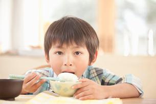 ご飯を食べる男の子の写真素材 [FYI02069039]