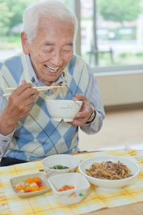 介護施設で食事をするシニア男性の写真素材 [FYI02069040]