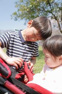 赤ちゃんと男の子の写真素材 [FYI02069041]