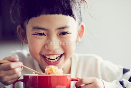 食事をする女の子の写真素材 [FYI02069044]
