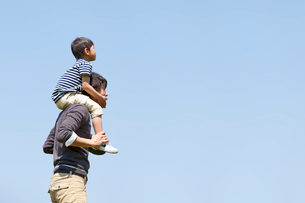息子を肩車する父親の写真素材 [FYI02069048]