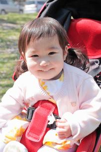 笑顔でベビーカーに乗る赤ちゃんの写真素材 [FYI02069061]