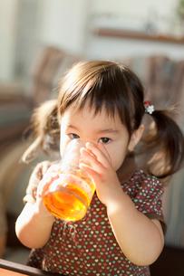 ジュースを飲む幼児の写真素材 [FYI02069072]
