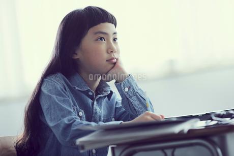 授業を受ける女の子の写真素材 [FYI02069081]