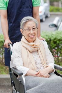 車いすに乗ったシニア女性と介護士の写真素材 [FYI02069084]