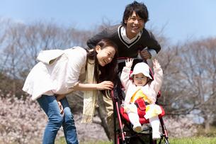 ベビーカーの赤ちゃんと若い夫婦の写真素材 [FYI02069094]