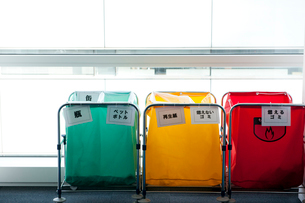 3色に色分けされた分別用ゴミ入れの写真素材 [FYI02069104]
