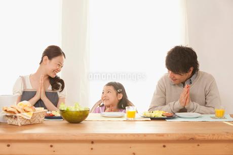 朝食時にいただきますをする3人家族の写真素材 [FYI02069129]