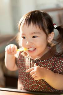 スプーンで食事をする幼児の写真素材 [FYI02069142]