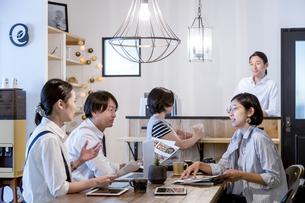 ミーティングをする日本人男女の写真素材 [FYI02069156]