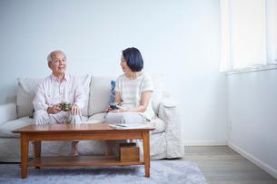 ソファに座るシニア夫婦の写真素材 [FYI02069164]
