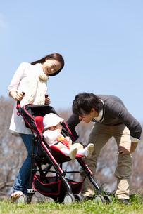 ベビーカーに乗った赤ちゃんと若い夫婦の写真素材 [FYI02069180]