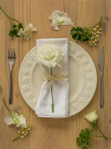 皿とカトラリーと花の写真素材 [FYI02069206]