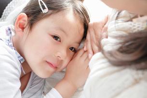母親のおなかに耳をあてる女の子の写真素材 [FYI02069226]