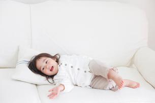 ソファに寝転ぶ赤ちゃんの写真素材 [FYI02069228]