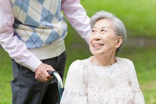シニア男性と笑顔で話すシニア女性の写真素材 [FYI02069230]