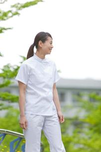 笑顔で遠くを見つめる女性介護士の写真素材 [FYI02069246]