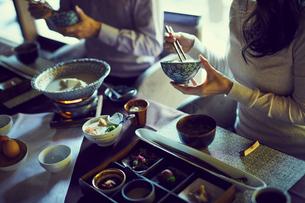 食事をするミドル夫婦の写真素材 [FYI02069248]