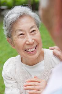 笑顔で向き合うシニア男女の写真素材 [FYI02069265]
