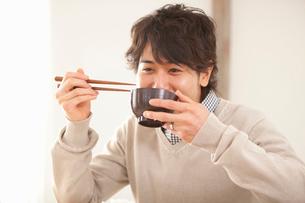 みそ汁を飲む男性の写真素材 [FYI02069269]