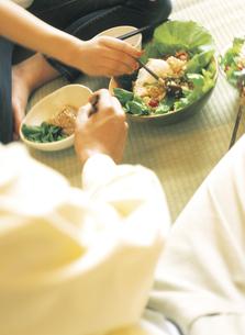 畳の上の食事の写真素材 [FYI02069279]