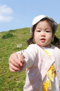 公園で花を持って遊ぶ幼児の写真素材 [FYI02069291]