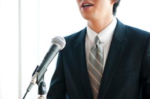 演説するビジネスマンの口元の写真素材 [FYI02069316]