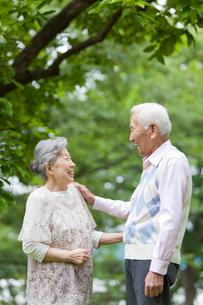 笑顔で向き合うシニア男女の写真素材 [FYI02069338]
