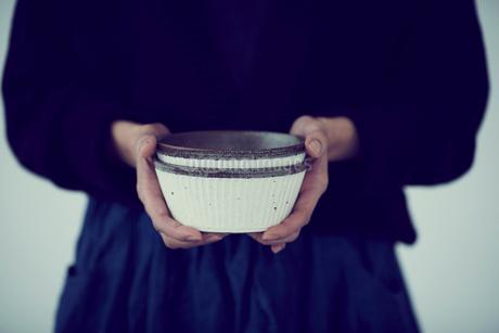 器を持つ女性の手元の写真素材 [FYI02069398]