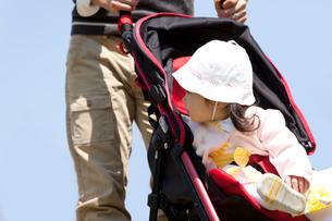 ベビーカーに乗った赤ちゃんと父親の写真素材 [FYI02069414]