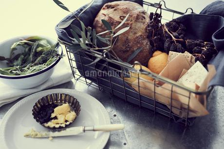 籠の中のパンとチーズとレモンの写真素材 [FYI02069420]
