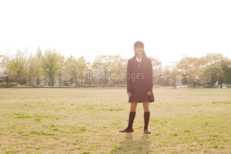 公園に立つ笑顔の女子中学生の写真素材 [FYI02069447]